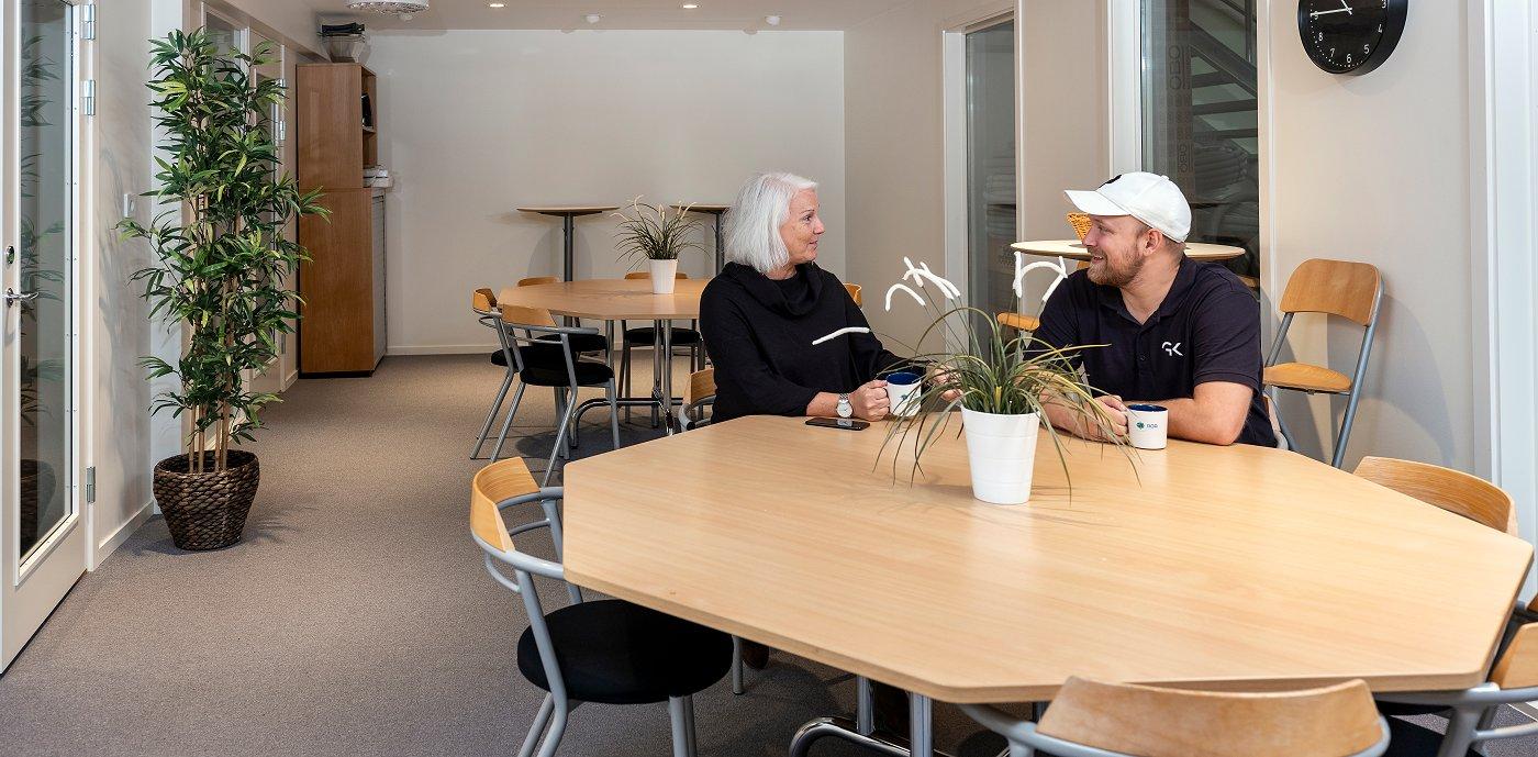 Marie Nilsson och Philip Karlsson i fikarummet på Ystadkontoret.