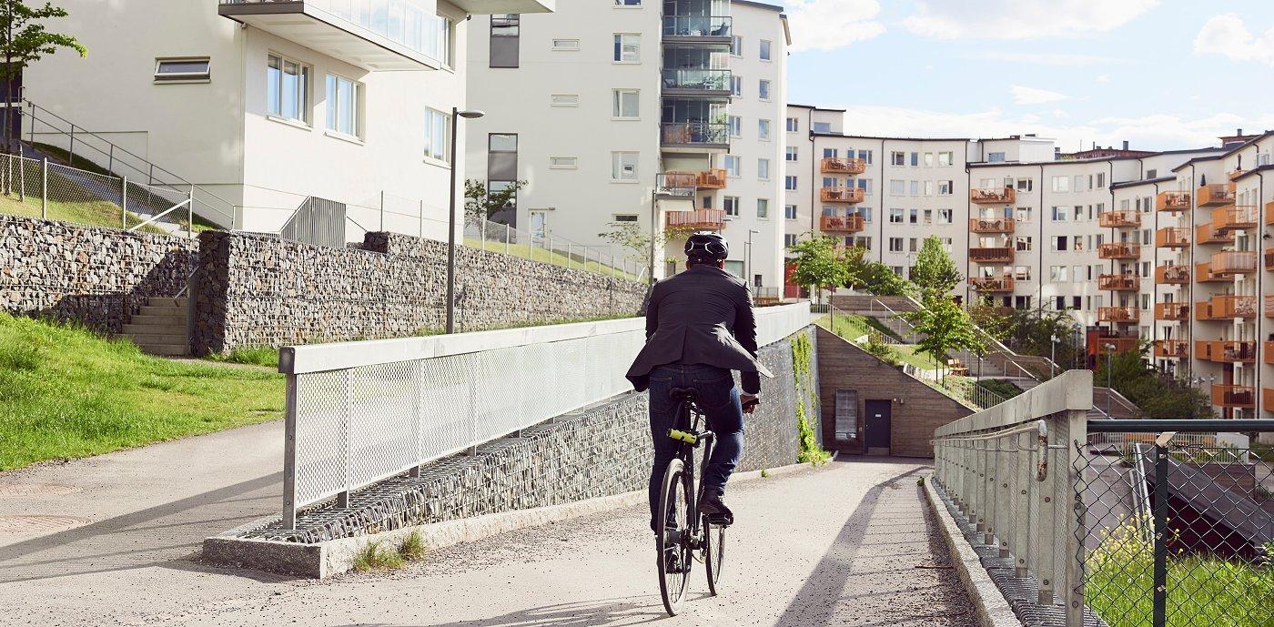 En mann som sykler hjem til jobb.